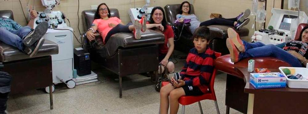 Llevó a 10 amigos a donar sangre para festejar su cumpleaños